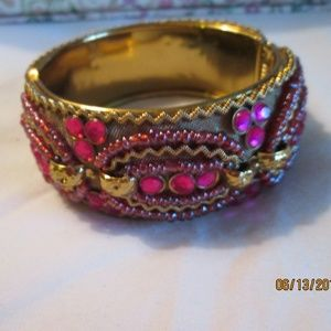 BRACELET CUFF, GOLDTONE W/HOT PNK BEADS AND SEQUIN